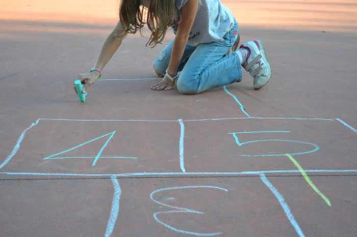 giocare-a-campana-con-i-gessetti-colorati
